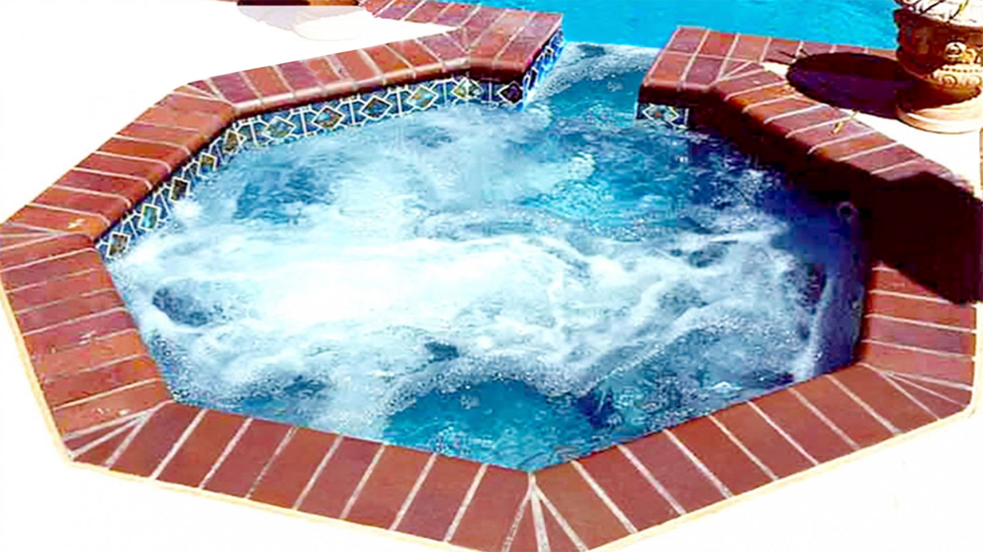 Alaglas Pools fiberglas Cayman Spa with Spillover in Quartz.